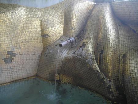 奥の湯船の湯口