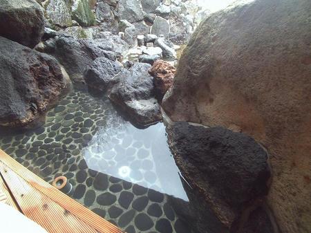 岩陰の足湯