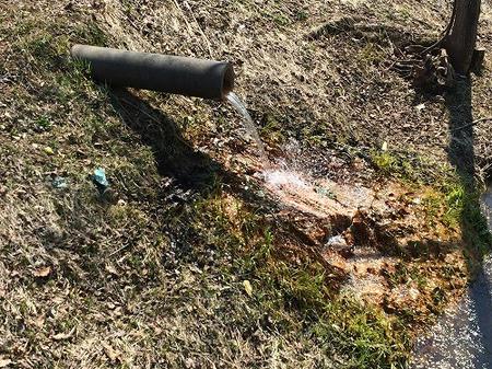 土管から流れる