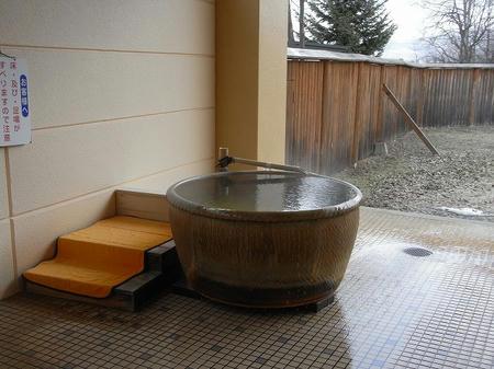 露天の陶器風呂