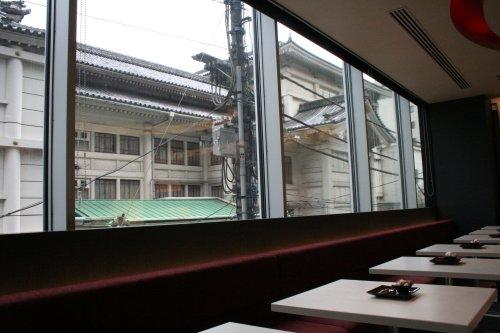 文明堂カフェ 窓の向こうに歌舞伎座の瓦屋根