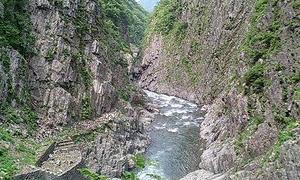 切り立った崖は高く険しく、そして厳しい・・・