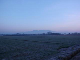 朝 - 霞の先に赤城山