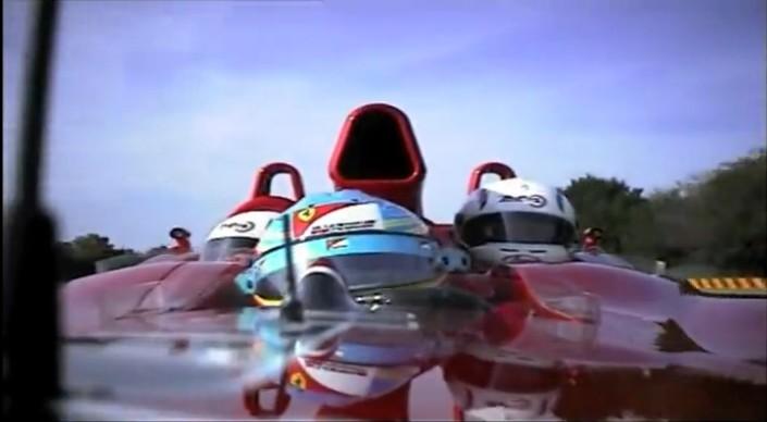 3人乗りのF1マシンをアロンソがドライブ。ポケモンのダグトリオのようだ。