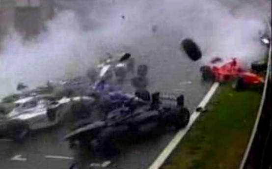 F1史上最大のクラッシュと呼ばれる1998年ベルギーGP。コースがマシンの屑まみれ