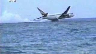リゾートの海に墜落した飛行機。エチオピア航空961便ハイジャック墜落事件の映像
