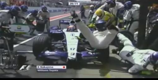 2007年ブラジルGP、中嶋 一貴のピットストップで轢かれるマーシャル