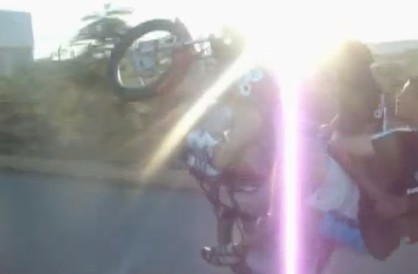 バイクを3人乗りしてウィリーしてみた結果