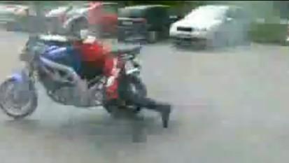 ホイルスピンさせて遊んでるといきなりバイクが走り出す。ださww