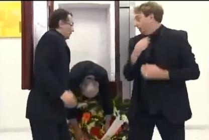 エレベーターの中で棺桶が開いて中から死体が。どっきり
