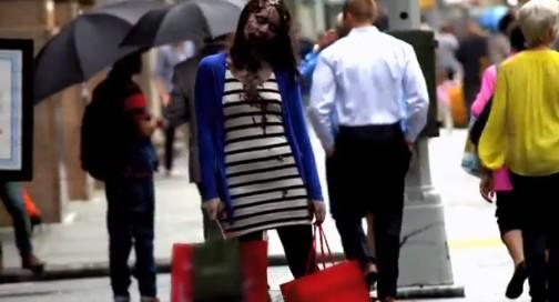 ゾンビメイクをした人が街中を歩く。