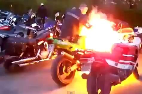 エンジン吹かして遊んでたら、バイクが燃えた