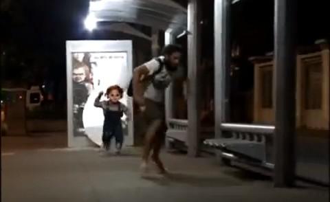 チャイルド・プレイの看板からチャッキーが飛び出て人々を追いかけるいたずら