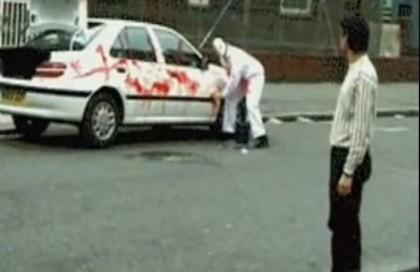 ジェイソン、洗車中。不審に見つめる男性にメンチきるw。