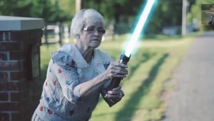 ジェダイだったのか!!ライドセーバーを取り出す近所のおばあちゃん