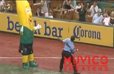 スタジアムのマスコットに煽られて、踊ってくれた警備員