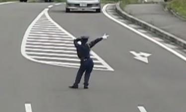 ブルーメの丘の警備員さんの交通整理。踊りながら誘導が可愛い