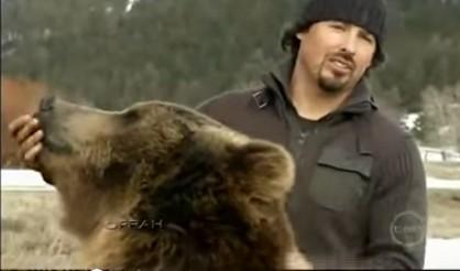 ハイイログマを犬のように飼ってる動物学者、ケイシー・アンダーソン。