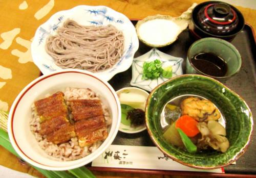 赤米の鰻丼と紫米のとろろそば