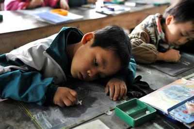 Ảnh hưởng của việc ngồi học sai tư thế đến xương khớp của trẻ