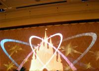 壁に光で表現されたシンデレラ城。