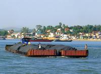 石炭を運ぶ船