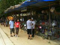 参道で帽子を売る店