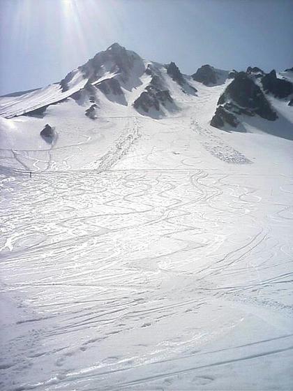 滑走者が少なく、ラインコブを滑る人が多かったのでゲレンデは自分の滑走跡が確認できる状態。二ノ沢からは2本の雪崩跡が…。
