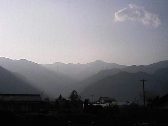 16:56駒ヶ根市内某所より木曽駒方向。中央の小山?が宝剣岳、その右の低い所が八丁坂と思われる。