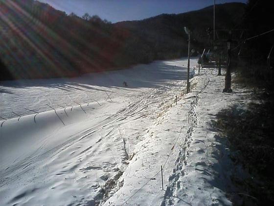13:07 クワッド乗車中のゲレンデの様子。18日に降った天然雪も残っていました。