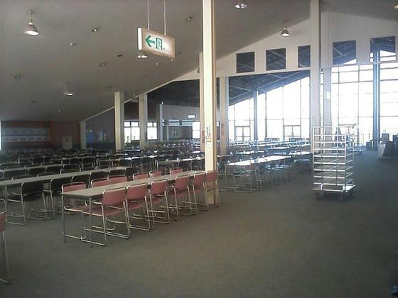 13:34 大きな食堂はそのままのスペースで使うようです。ここが満席になる位お客さん来れば良いですね~。