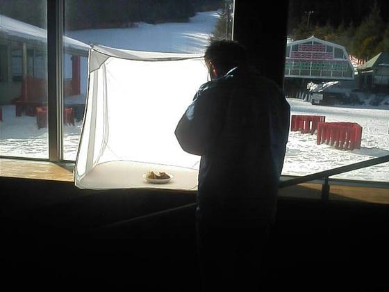 14:09 帰りがけにスタッフの方がレストランメニュー用の画像を撮影していました。ロコモコでした。