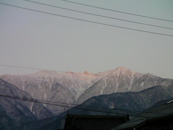 7:01 駒ヶ根のローソンから見た木曽駒ケ岳。この頃は快晴で山が良く見えていたが…