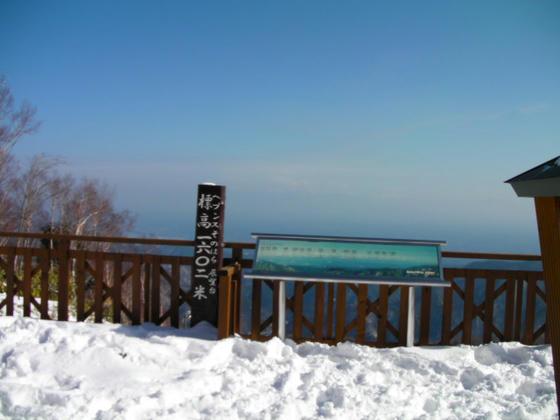 12:05 若干靄が晴れてきたので、クワッド降り場の上にある展望台へ登ってみました。自然降雪は膝上まであり意外でした