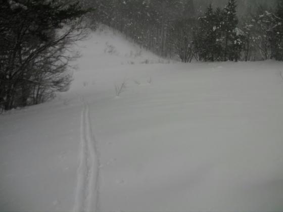14:08 かなりの斜度のある所だったが真直ぐに登り切ってしまった。恐るべしアルペントレッカー&シール