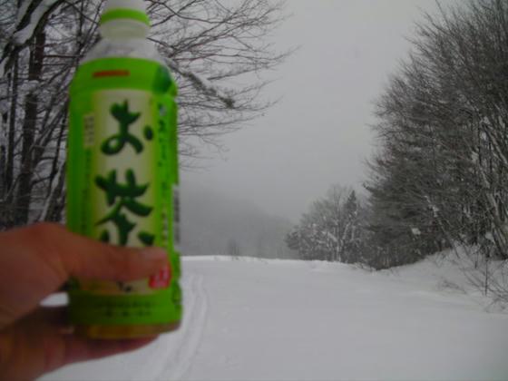 14:28 雪が深々と降っているが汗が引かず、お茶を大量摂取