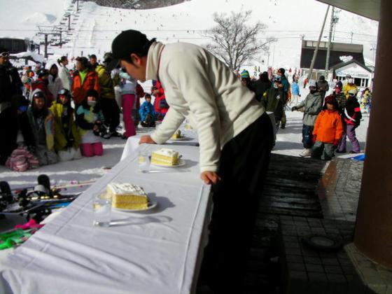 14:02 続いて女性限定ケーキ早食い競争。手配ミスで大きなケーキが届いてしまったとか?