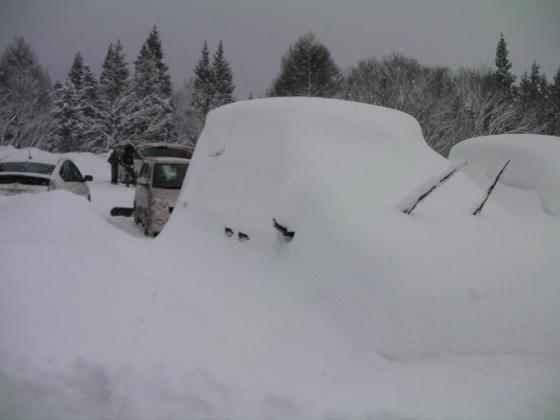 841 栂池第2P。大雪で車の原型留めていません。ワイパーが見えるので車と認識できます