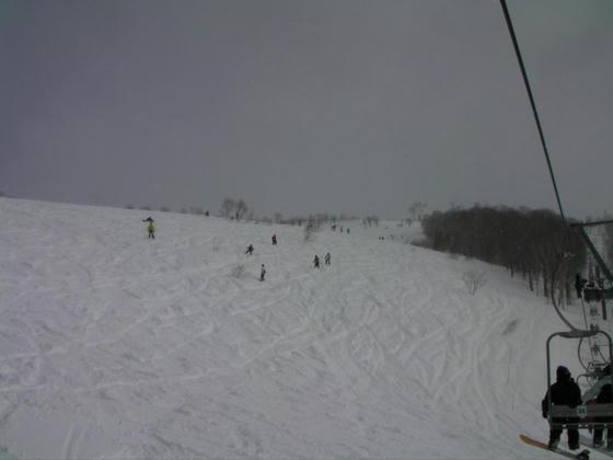 1020 栂の森ペア。御殿場Cに向かう斜面は未圧雪の新雪。パークの向こうにはノートラックバーンが…しかしロープが張られていました