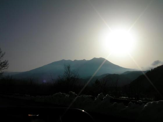 1634 木曽町に入るとあの雲が嘘のように消えシルエットの御嶽山と夕日が美しい