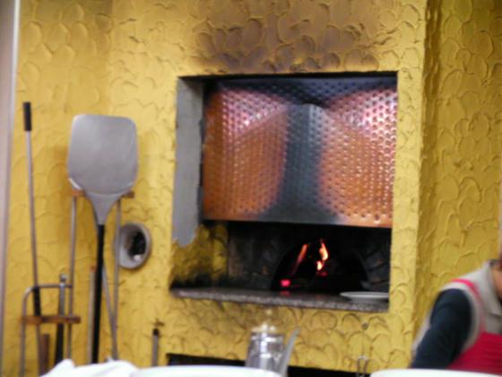1157 ラウンジカリブーの石窯。ピザは生地から受注生産でここで焼いていました