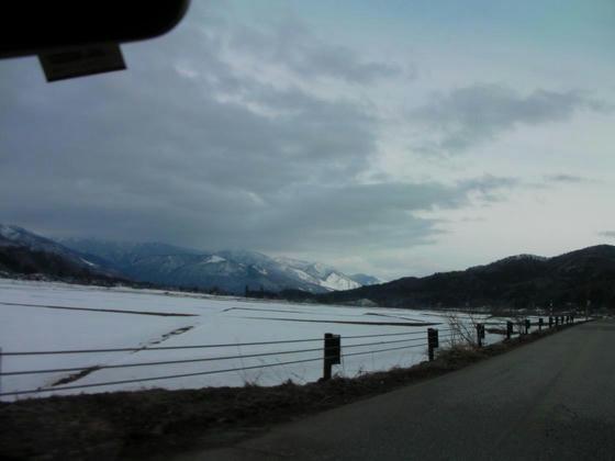728 佐野坂SGを左折して進んだ田園地帯は残雪で真っ白。田起こしはまだまだ先か?