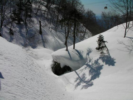 848 春先にはここは滝のようにドウドウと流れていて落ちるんじゃないか?と心配になる所ですが、まだしっかり雪に覆われていました。凄い残雪量です