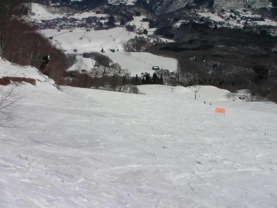 1336 残雪豊富だが滑れない鐘の鳴る丘ゲレンデ方向