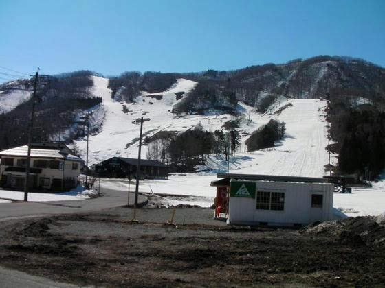 1415 3/27終了した岩岳。例年の2月中旬より雪が多い?