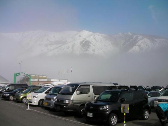 744 準備をしているうちに霧が上ってきて八方尾根も見えるようになってきました