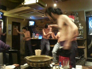 なぜか始まった、男だらけの裸祭り、の図。