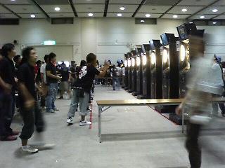 『SUNTORY KYOEI CUP』予選中。ダーツ台がズラリ。