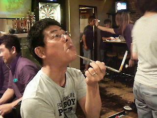 煙管でタバコを吸うごんべプロ。
