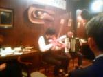 アコーディオンとバイオリンでタンゴやロシア民謡を奏でる。
